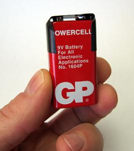 Lưu trữ pin đúng cách: Dán hai cực pin bằng băng dính điện để tránh tiếp xúc