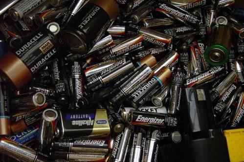 Nguy cơ gây cháy nhà của pin 9V rất cao khi tiếp xúc với các vật dụng kim loại khác