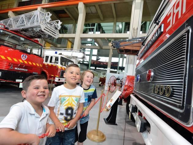 Các bé thích thú chiêm ngưỡng những mẫu xe cứu hỏa trong bảo tàng Penrith