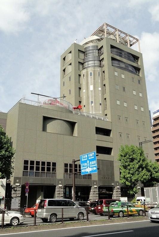 Chiếc máy bay trực thăng cứu hỏa màu đỏ được đặt trên nóc bảo tàng chữa cháy Tokyo
